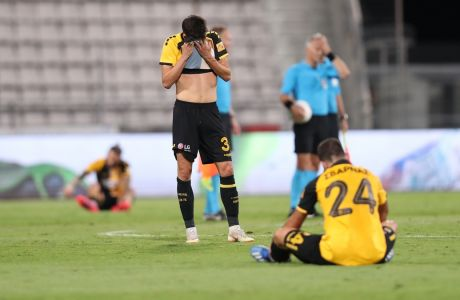 Λόπες, Σβάρνας και Λιβάγια, απογοητευμένοι με την λήξη του τελικού του Κυπέλλου Ελλάδας 2019-2020, όπου η ΑΕΚ ηττήθηκε (1-0) από τον Ολυμπιακό στο Πανθεσσαλικό Στάδιο. (ΦΩΤΟΓΡΑΦΙΑ: LATO KLODIAN / EUROKINISSI)