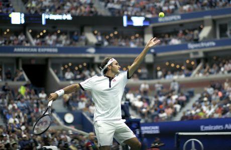 Ο Ρότζερ Φέντερερ σερβίρει στον Νταμίρ Τζουμούρ, για τον 2ο γύρο του US Open, Νέα Υόρκη, Τετάρτη 28 Αυγούστου 2019