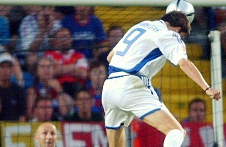 Με το τέλειο άλμα ο Άγγελος Χαριστέας στέλνει την μπάλα στα δίχτυα του Φαμπιάν Μπαρτέζ και η Εθνική νικάει 1-0 τη Γαλλία στον προημιτελικό του EURO 2004