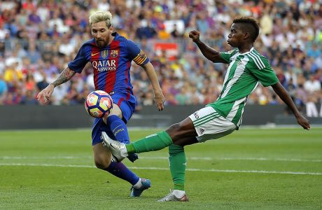 Ο Τσάρλι Μουσόντα σε διεκδίκηση της μπάλας με τον Λιονέλ Μέσι από την αναμέτρηση της Μπαρτσελόνα με τη Μπέτις στο 'Camp Nou', την περίοδο που ο Βέλγος αγωνιζόταν ως δανεικός από την Τσέλσι στους 'βερδιμπλάνκος' | 20/08/2016  (AP Photo/Manu Fernandez)