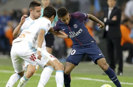 PSG's Neymar, right, challenges for the ball with Marseille's Hiroki Sakai, left, and Marseille's Florian Thauvin, during the League One soccer match between Marseille and Paris Saint-Germain, at the Velodrome stadium, in Marseille, southern France, Sunday, Oct. 22, 2017. (AP Photo/Claude Paris)