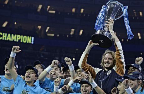 O Στέφανος Τσιτσιπάς, με το βαρύτιμο τρόπαιο και τα ball kids του Nitto ATP Finals.