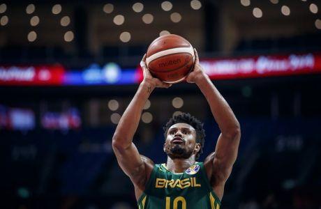Ο Λεάντρο Μπαρμπόζα εκτελεί μια ελεύθερη βολή στο Παγκόσμιο Κύπελλο μπάσκετ της Κίνας
