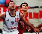 Ο Γιώργος Καράγκουτης με αντίπαλο τον Ευθύμη Ρεντζιά στον ημιτελικό του Κυπέλλου Κόρατς μεταξύ Πανιωνίου και Μπαρτσελόνα