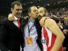 Ο Γιώργος Αγγελόπουλος έχει αγκαλιάσει τον Γιώργο Μπαρτζώκα και τον Βασίλη Σπανούλη λίγο μετά τη λήξη του τελικού στο Λονδίνο