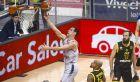 Ο Νίκος Ζήσης αφήνει την μπάλα στο καλάθι της Μπάμπεργκ με την ΑΕΚ στο ΟΑΚΑ