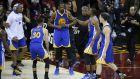 Kevin Durant (centro), de los Warriors de Golden State, festeja con sus compañeros tras la victoria sobre los Cavaliers de Cleveland en el tercer partido de la final de la NBA, el miércoles 7 de junio de 2017 (AP foto/Ron Schwane)
