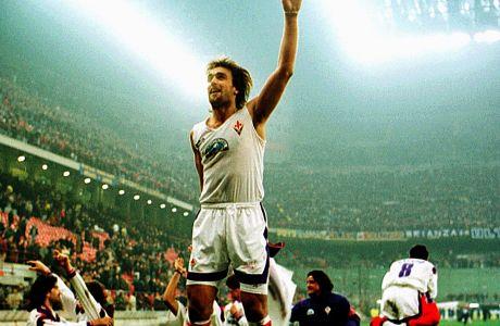 Ο Γκαμπριέλ Μπατιστούτα της Φιορεντίνα πανηγυρίζει ύστερα από το τέλος του αγώνα με την Ίντερ για τα ημιτελικά του Coppa Italia 1995-1996 στο 'Τζιουζέπε Μεάτσα', Πέμπτη 29 Φεβρουαρίου 1996
