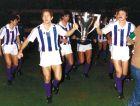 """Ο Περίκο Αλόνσο (αριστερά) και οι υπόλοιποι παίκτες της Ρεάλ Σοθιεδάδ, παρουσιάζουν το τρόπαιο του πρώτου πρωταθλήματος της ομάδας, στο πρώτο ματς της επόμενης σεζόν (1981/82), στους φιλάθλους τους στην """"Ατότσα""""."""