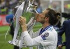 Real Madrid's Gareth Bale kisses the trophy after winning the Champions League Final soccer match between Real Madrid and Liverpool at the Olimpiyskiy Stadium in Kiev, Ukraine, Saturday, May 26, 2018. (AP Photo/Efrem Lukatsky)