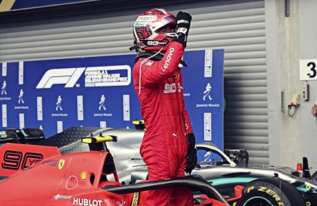 Ο Σαρλ Λεκλέρ έχει μόλις παρκάρει το μονοθέσιό του μετά τη νίκη του στο βελγικό grand prix
