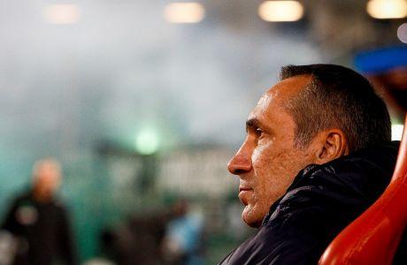 Ο προπονητής του Παναθηναϊκού, Γιώργος Δώνης, σε στιγμιότυπο της αναμέτρησης με τον Βόλο για τη Super League 1 2019-2020 στο γήπεδο του Βόλου, Κυριακή 8 Δεκεμβρίου 2019