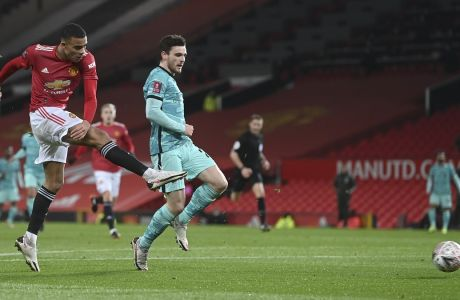 Η στιγμή που ο Γκρίνγουντ σκοράρει προ του Ρόμπερτσον, στην αναμέτρηση Μάντσεστερ Γ. - Λίβερπουλ 3-2 στο 'Old Trafford', για τους 16 του FA Cup | 24/01/2021 (Laurence Griffiths/Pool via AP)
