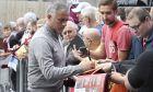 O Ζοζέ Μουρίνιο, ως προπονητής της Μάντσεστερ Γιουνάιτεντ, υπογράφει αυτόγραφα πριν από τον αγώνα με την Μπέρνλι για την Premier League 2018-2019 στο 'Τερφ Μουρ', Μπέρνλι, Κυριακή 2 Σεπτεμβρίου 2018