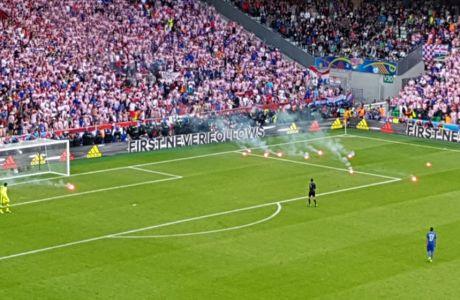 Έριξαν καπνογόνα οι Κροάτες!