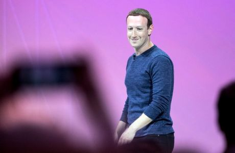 epa06760588 Facebook CEO Mark Zuckerberg arrives on stage during the VivaTech fair in Paris, France, 24 May 2018. The annual commercial convention runs from the 24 to 26 May.  EPA/ETIENNE LAURENT