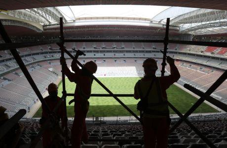 Εργάτες σε ποδοσφαιρικό γήπεδο του Κατάρ