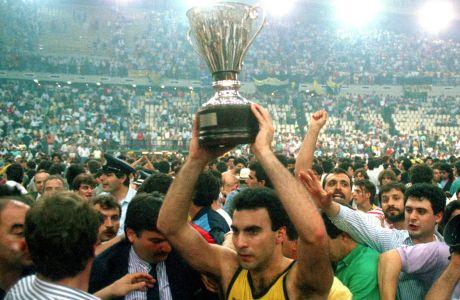 Ο Νίκος Γκάλης με τη φανέλα του Άρη κατά την κατάκτηση του Κυπέλλου Ελλάδος, το 1988
