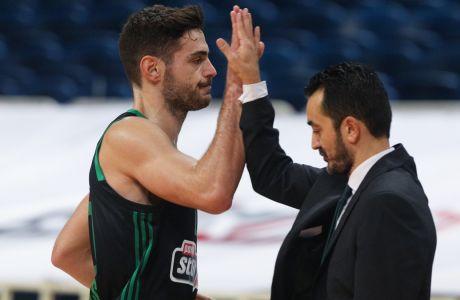 To high-five τον Παπαπέτρου-Βόβορα στο τέλος της αναμέτρησης του Παναθηναϊκού με την Άλμπα, που βρήκε τους 'πράσινους' νικητές με σκορ 92-69, για την 15η αγ. της Euroleague | 17/12/2020 (ΦΩΤΟΓΡΑΦΙΑ: ΜΑΡΚΟΣ ΧΟΥΖΟΥΡΗΣ / EUROKINISSI)