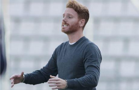 Ο Γκιγέρμο Αμπασκάλ δίνει οδηγίες στους ποδοσφαιριστές του Βόλου