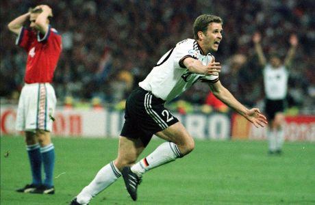 Ο Όλιβερ Μπίρχοφ της Γερμανίας πανηγυρίζει γκολ που σημείωσε κόντρα στην Τσεχία για τον τελικό του Euro 1996 στο 'Γουέμπλεϊ', Λονδίνο, Κυριακή 30 Ιουνίου 1996
