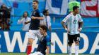 Ο Μπενζαμέν Παβάρ της εθνικής Γαλλίας πανηγυρίζει το γκολ που πέτυχε κόντρα στην εθνική Αργεντινής, με τον Λικά Ερναντέζ πίσω του, στο πλαίσιο της φάσης των 16 του Παγκοσμίου Κυπέλλου 2018, στην 'Καζάν Αρένα' του Καζάν, Πέμπτη 28 Ιουνίου 2018