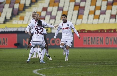 Ο Τάσος Μπακασέτας πανηγυρίζει το δεύτερο γκολ του από τη στιγμή που μεταγράφηκε στην Τράμπζονσπορ