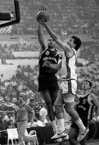Ο Μέμος Ιωάννου από τις μάχες του Ευρωμπάσκετ '87, εδώ σε λέι-απ μπροστά από τον Ρισάρ Ντακουρί