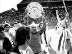 Ο Χένες Βαϊσβάιλερ πανηυρίζει την κατάκτηση του πρωταθλήματος του 1975. Του τελευταίου που πήρε με την Γκλάντμπαχ
