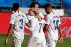 """Ο Σέρχιο Ράμος συγχαίρει τον Αζάρ για το γκολ του εναντίον της Ουέσκα στο """"Αλφρέδο Ντι Στέφανο"""" για την ισπανική Λίγκα (31/10/2020)."""