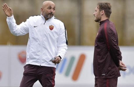 ROME, ITALY - JANUARY 14:  New coach of AS Roma Luciano Spalletti and Francesco Totti during a training session on January 14, 2016 in Rome, Italy.  (Photo by Luciano Rossi/AS Roma via Getty Images)