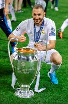 """Ο Καρίμ Μπενζεμά με το Champions League του 2016 στο """"Σαν Σίρο""""."""