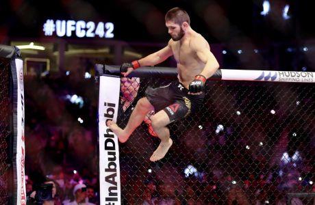 Ο Χαμπίμπ Νουρμαγκομέντοβ σε στιγμιότυπο του αγώνα του με τον Ντάστιν Πουαριέ για το UFC 242 στο 'Γιας Μολ', Αμπού Ντάμπι, Σάββατο 7 Σεπτεμβρίου 2019