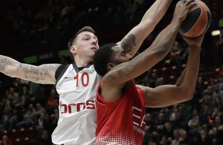 Brose's Daniel Theis, left, tries to stop Olimpia's Jamel Mclean during the Euro League basketball match between Olimpia Milan and Brose Bomberg, in Milan, Italy, Thursday, March 23, 2017. (AP Photo/Antonio Calanni)