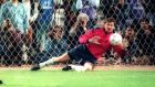 Ο Γιόζεφ Βάντσικ αποκρούει το πέναλτι του Βασίλη Δημητριάδη στον τελικό του Κυπέλλου 1993-94, με τον Παναθηναϊκό να κατακτά το τρόπαιο κόντρα στην ΑΕΚ. ACTION IMAGES PRESS AGENCY