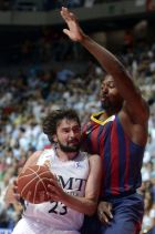 MADRID, SPAIN - JUNE 21:   Llull (L) of Real Madrid vies for the ball with Dorsey (R) of Barcelona during the basketball match in Liga Endesa play-off final at Palacio de Deportes de la Comunidad de Madrid in Madrid, Spain, June 21, 2014. (Photo by Evrim Aydin/Anadolu Agency/Getty Images)