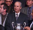 Ο Γιώργος Βασιλακόπουλος πίσω από το τρόπαιο του Κυπέλλου