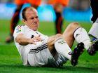"""Ο Άριεν Ρόμπεν υποφέρει στο χορτάρι του """"Μπερναμπέου"""" σε αγώνα της Ρεάλ με τη Βαλένθια για την ισπανική Λίγκα (20/12/2008)."""