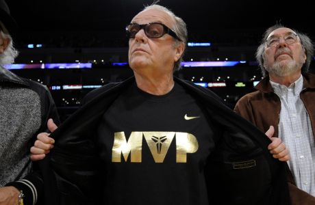 Ο Τζακ Νίκολσον επιδεικνύει το t-shirt του MVP, λίγο πριν ο Κόμπε Μπράιαντ λάβει το βραβείο του NBA MVP. Μάιος 2008.