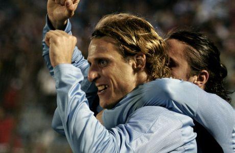 Ο Ντιέγκο Φορλάν πανηγυρίζει με τον Κριστιάν Ροντρίγκες το γκολ που σημείωσε για την Ουρουγουάη στην αναμέτρηση κόντρα στο Περού, για τα προκριματικά του Παγκοσμίου Κυπέλλου 2010, Μοντεβίδεο, Τρίτη 17 Ιουνίου 2008