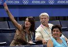 H Κομανέτσι, με τον Μπέλα Κάρολι στους Αγώνες της Αθήνας. (AP Photo/Kevork Djansezian)