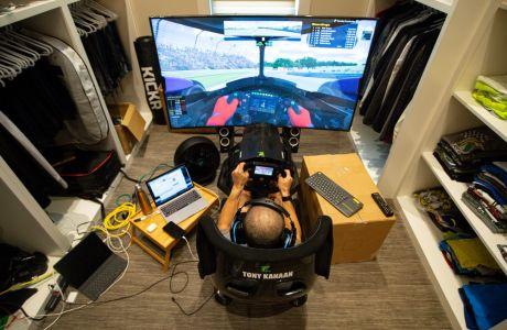 Ο Βραζιλιάνος οδηγός αγωνιστικών αυτοκινήτων Τόνι Κανάαν κάνει εξάσκηση στον προσομοιωτή αγώνων του σπιτιού του, στην Ινδιανάπολη