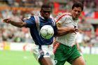 Ο Μαρσέλ Ντεσαγί της Γαλλίας μονομαχεί με τον Λούμποσλαβ Πένεφ της Βουλγαρίας για τη φάση των ομίλων του Euro 1996 στο 'Σεντ Τζέιμς Παρκ', Νιούκαστλ, Τρίτη 18 Ιουνίου 1996