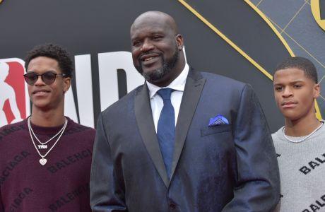 Ο Σακίλ Ο' Νιλ μαζί με τους Σαρίφ και Σακίρ Ο' Νιλ, τους δυο γιους του, λίγο πριν από την ετήσια τελετή βραβείων του NBA, στη Santa Monica της Καλιφόρνια