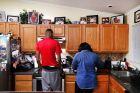O Iμόνι Μπέιτς, τον Οκτώβρη του 2017, στο σπίτι του, με την μητέρα του που 'χει πει πως ο γιος της έχει δυο προσωπικότητες: μια που είναι δυνατή όταν είναι στο γήπεδο και μια άρδην διαφορετική, εκτός του παρκέ.