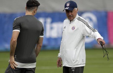 Bayern coach Carlo Ancelotti, right, talks to player Robert Lewandowski during a training session in Munich, Germany, Monday, Sept. 11, 2017. Munich will face RSC Anderlecht on Tuesday for a Champions League group B first leg soccer match. (AP Photo/Matthias Schrader)