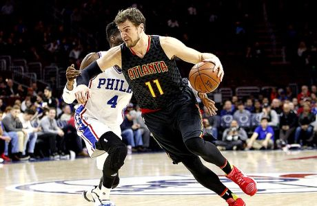 Atlanta Hawks' Tiago Splitter, right, of Brazil in action against Philadelphia 76ers' Nerlens Noel, left, during the second half of an NBA basketball game, Thursday, Jan. 7, 2016, in Philadelphia. The Hawks won 126-98. (AP Photo/Chris Szagola)
