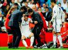 """Ο Μπέιλ σηκώνεται με τη βοήθεια του ιατρικού τιμ των """"μερένγκες"""" σε αγώνα της Ρεάλ με την Σπόρτινγκ Λισαβόνας στο """"Μπερναμπέου"""" για το Champions League (14/9/2016)."""