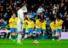 Οι παίκτες της Λας Πάλμας πανηγυρίζουν ένα γκολ τους, με κοντράστ τον απογοητευμένο Κριστιάνο (1/3/2017)