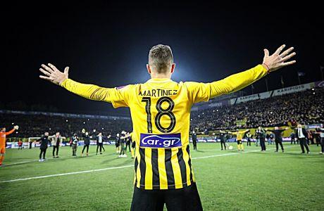 Ο Νικολάς Μαρτίνες του Άρη πανηγυρίζει με συμπαίκτες του έπειτα από τον αγώνα με τον ΠΑΟΚ για τη Super League 1 2019-2020 στο 'Κλεάνθης Βικελίδης', Σάββατο 4 Ιανουαρίου 2020